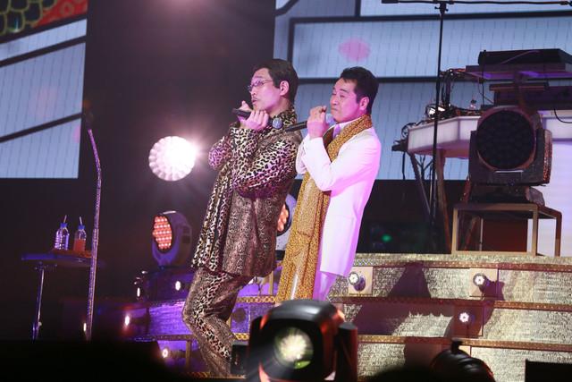 左からピコ太郎、五木ひろし。(写真提供:AMC)