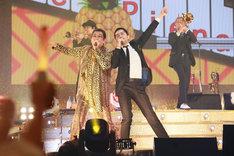 左からピコ太郎、谷中敦(東京スカパラダイスオーケストラ)。(写真提供:AMC)