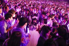 ファンに囲まれて歌う高城れに。(Photo by HAJIME KAMIIISAKA+Z)