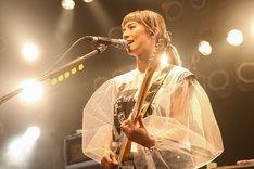 HARUNA(Vo, G)(写真提供:EPICレコードジャパン)