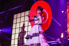 番傘を手に歌う水樹奈々。(Photo by hajime kamiiisaka)