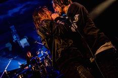 向かい合って歌唱するRyo(Vo)とJESSE(RIZE、The BONEZ)。(Photo by TAKASHI KONUMA)