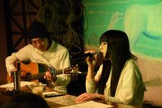 オガワコウイチとアコースティックライブを行う和田輪。
