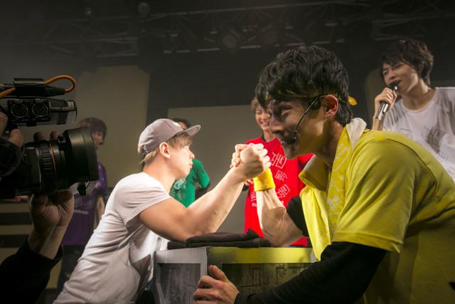 アンドレさん(左)と腕相撲をするユースケ(右)。(撮影:米山三郎[SignaL])