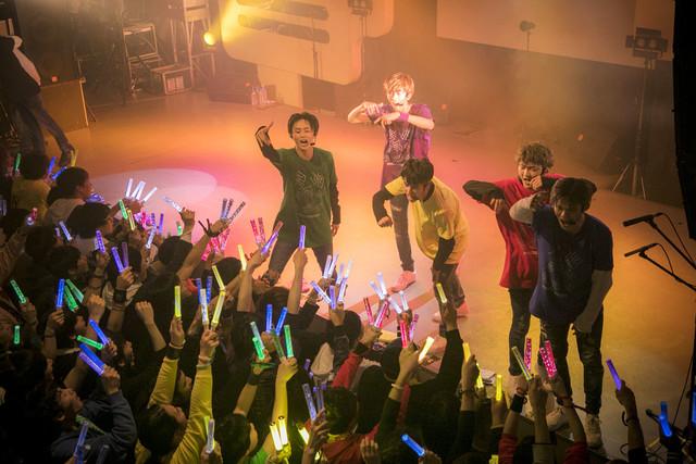 フロアを煽るダンサーの5人。(撮影:米山三郎[SignaL])