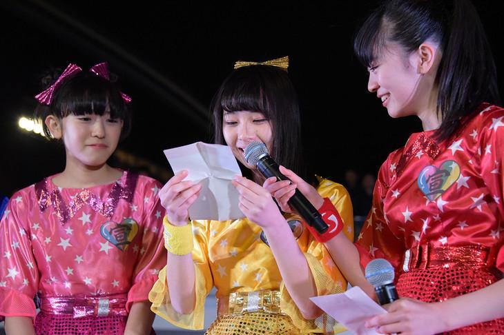 メンバーとファンに向けた手紙を読み上げる永坂真心。