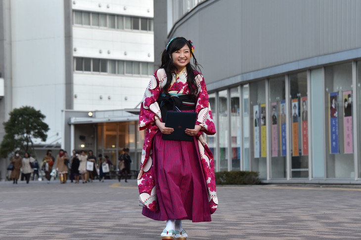 日本大学芸術学部江古田キャンパスを歩く有安杏果。