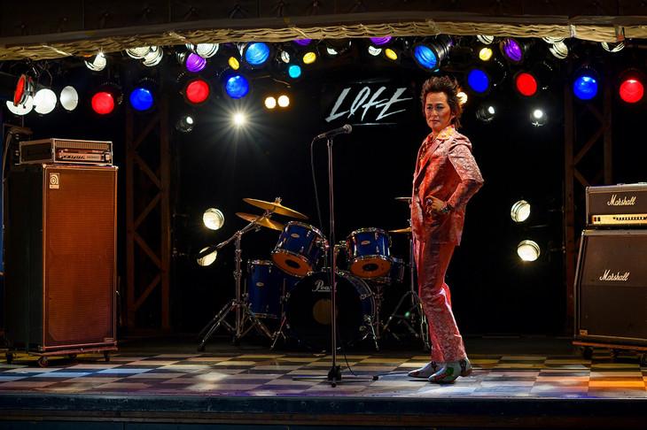 東京・新宿LOFTのステージに立つ忌野清志郎の等身大フィギュア。
