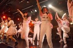 「夢幻歌劇」を披露する桜エビ~ずといぎなり東北産によるコラボユニット・えびとう産。