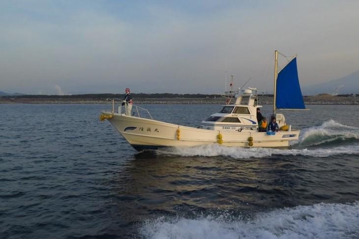 漁船に乗り込んだ増子直純(怒髪天)。