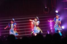 キャンディーズ「春一番」を歌う澪風(左)、鈴木萌花(中央)、播磨怜奈(右)。
