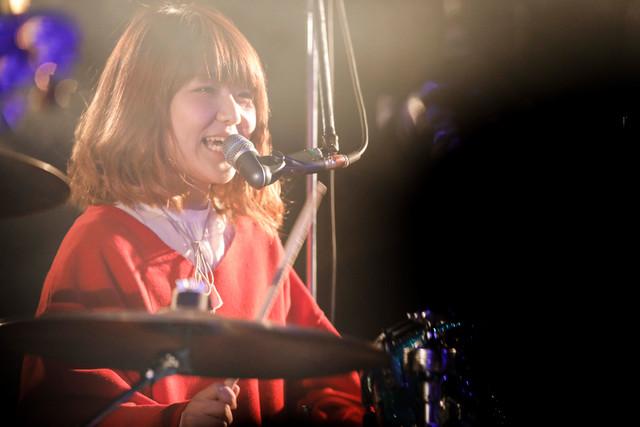 ハットリクミコ(Dr, Vo / シナリオアート)(Photo by HAJIME KAMIIISAKA)