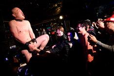 股間に付けたテルミンを女性客に演奏させるスギム(クリトリック・リス)。(撮影:朝岡英輔)