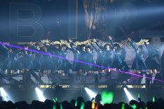 「サイレントマジョリティー」を歌う欅坂46。