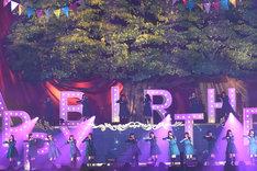 ステージセットには「HAPPY BIRTHDAY」の文字が。