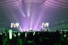 「欅坂46 デビュー1周年記念ライブ」オープニングの様子。