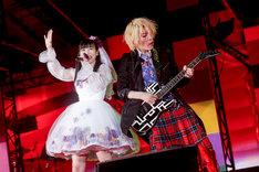 「ももクロ春の一大事2017 in 富士見市~笑顔のチカラつなげるオモイ~」4月8日公演より左から高城れに、TAKUYA。(Photo by HAJIME KAMIIISAKA+Z)
