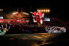 エビ反りジャンプを決める百田夏菜子。(Photo by HAJIME KAMIIISAKA+Z)