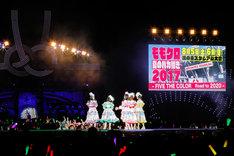 「ももクロ春の一大事2017 in 富士見市~笑顔のチカラつなげるオモイ~」4月9日公演より左奥に松崎しげる、中央にももいろクローバーZ。(Photo by HAJIME KAMIIISAKA+Z)