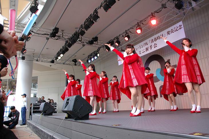 NGT48「デビューシングル『青春時計』発売記念 ミニ握手会」大阪・あべのキューズモール公演の様子。(c)AKS