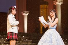 妹の上西怜(左)に宛てた手紙を読み上げる上西恵(右)。(c)NMB48