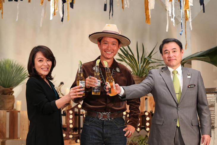 「CORONA SUNSETS FESTIVAL 2017」開催記者会見に登場した今井絵理子、平井大、宜保晴毅(左から)。