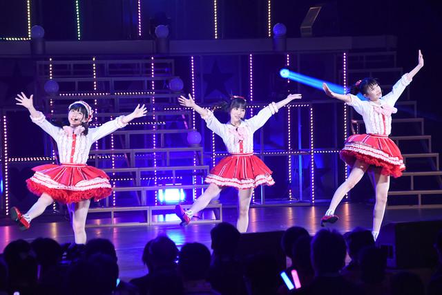 「今、Happy」を披露する田中美久(左)、矢吹奈子(中央)、松岡はな(右)。