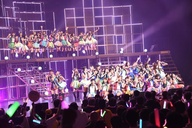 ももいろクローバーZ「行くぜっ!怪盗少女」を披露するHKT48。