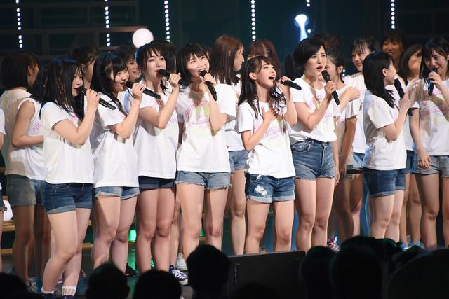 「草原の奇跡」を歌うHKT48。