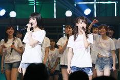 左から井上由莉耶、岡本尚子。(c)AKS