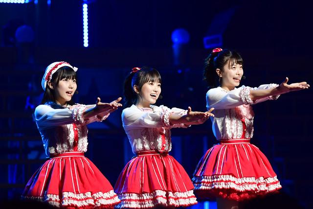 「今、Happy」を披露する田中美久(左)、矢吹奈子(中央)、松岡はな(右)。(c)AKS