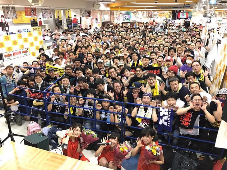 あゆみくりかまき「ゴマスリッパー」発売記念ライブツアーファイナル公演の集合写真。
