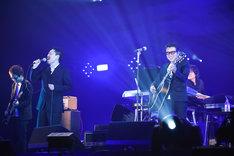 「TRUE LOVE」を歌うKOUICHI(Dr, Cho / 10-FEET)と藤井フミヤ。(撮影:釘野孝宏)