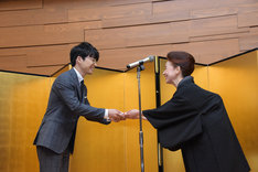 宮本信子から副賞の賞金100万円を受け取る星野源(左)。
