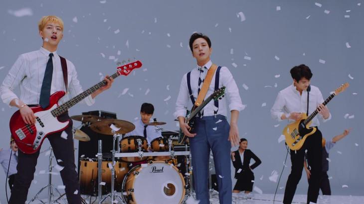 CNBLUE「SHAKE」ミュージックビデオのワンシーン。