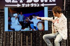 ニューヨークの自身のスタジオでの写真について語る久保田利伸。