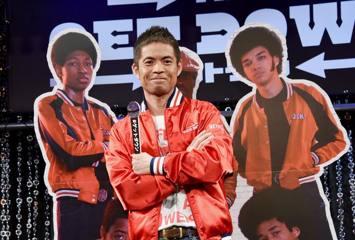 「ゲットダウンジャケット」を着て出演者のパネルとのフォトセッションに臨む久保田利伸。