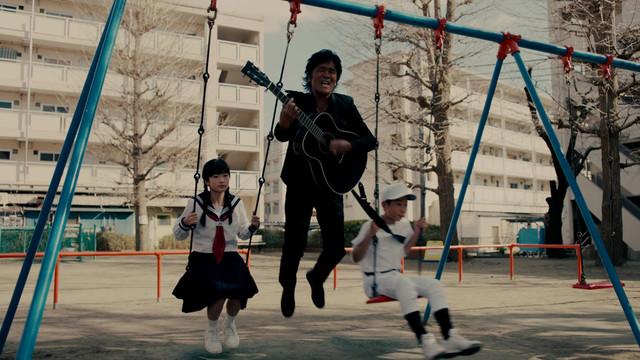 野球少年に寄り添う松崎しげる。