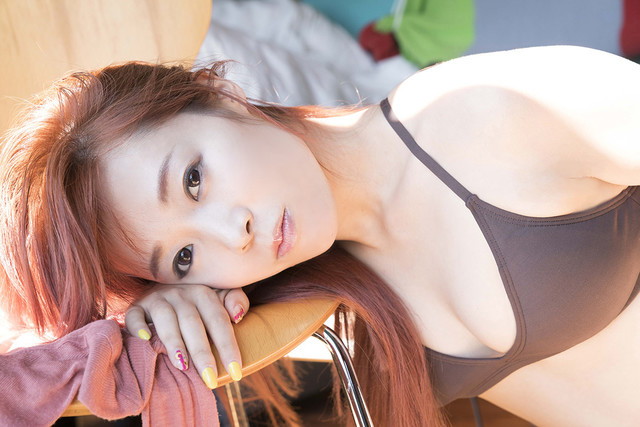人気画像7位は「成瀬瑛美、ソロ写真集カバーで美くびれ披露」より、成瀬瑛美「N813」の掲載写真。