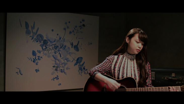 「キキ」のミュージックビデオのワンシーン。