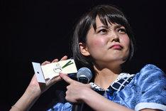 Nao☆に言われるがままグッズを紹介するKaede。