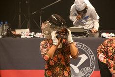 マグロを捌く「たいこ茶屋」若大将(手前)と、真剣にDJをするジョー(奥)。(Photo by Shigeo Kosaka)