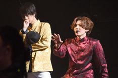 サプライズ発表にショックを受ける(左から)橘柊生、矢部昌暉。