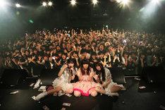 The Idol Formerly Known As LADYBABYと大森靖子のツーマンライブ「ネオ・ダダイズムパレード Vol.2」東京・WWW X公演で行われた記念撮影。(Photo by YUKI SHIMBO)