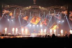 ド派手な演出も観客を魅了した「T.M.R. LIVE REVOLUTION'17 -20th Anniversary FINAL-」の様子。