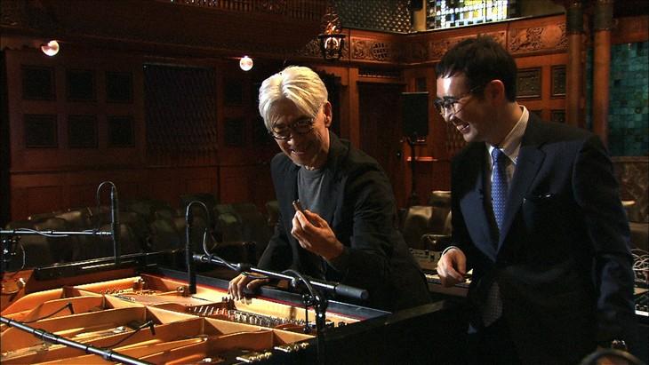 左から坂本龍一、福岡伸一。(写真提供:NHK)