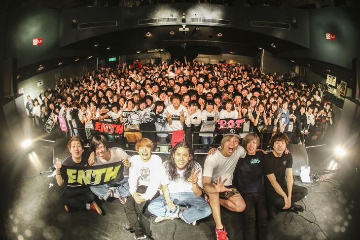 「PONTH!!」東京・TSUTAYA O-WEST公演終了後の記念写真。(Photo by SHINGO TAMAI)