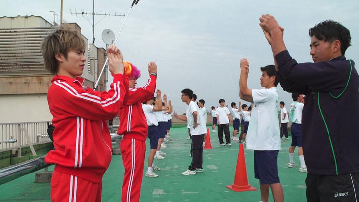 応援部に体験入部する泉大智(左)。(写真提供:NHK)