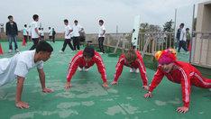 応援部に体験入部するヒャダイン、泉大智、ぺえ。(写真提供:NHK)