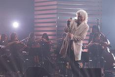 ストリングスとDJを従え安全地帯のナンバーを歌う玉置浩二。(写真提供:NHK)